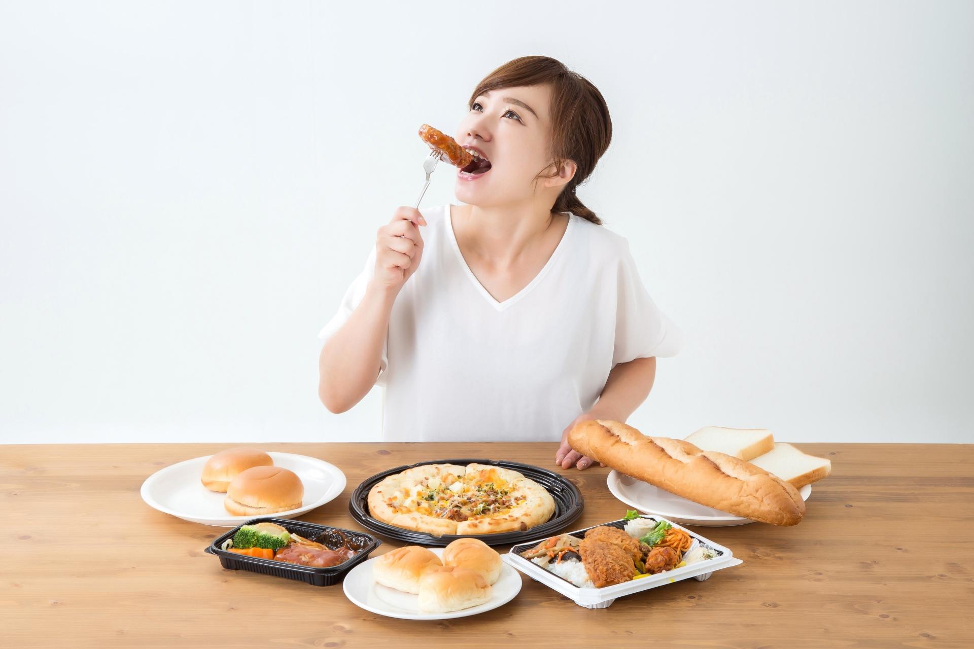 どんな食事でもよく噛める!多彩なメニューを前にする女性
