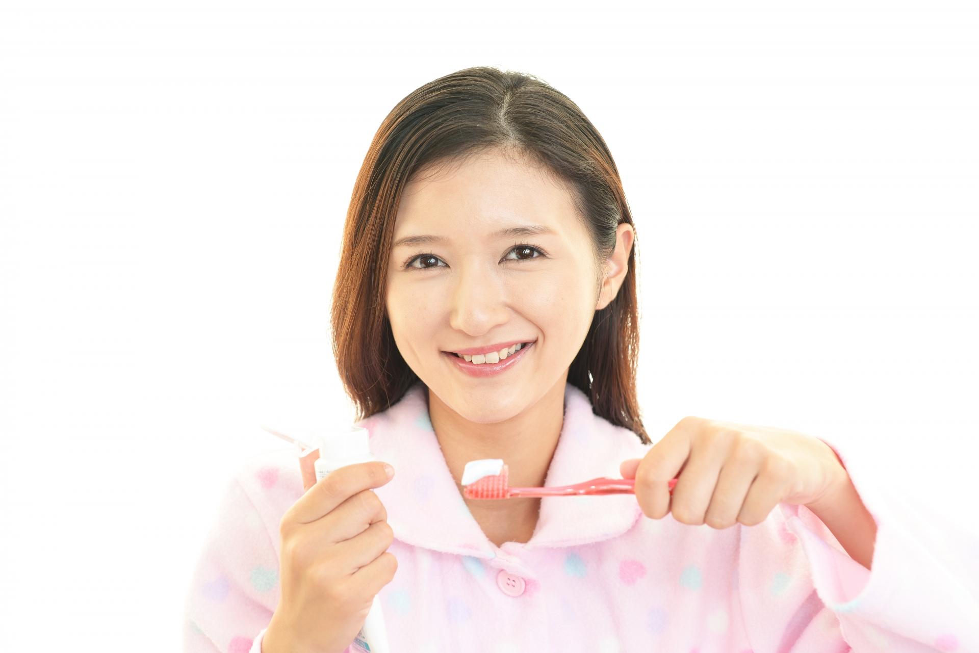 寝る前に歯磨きをするパジャマ姿の女性