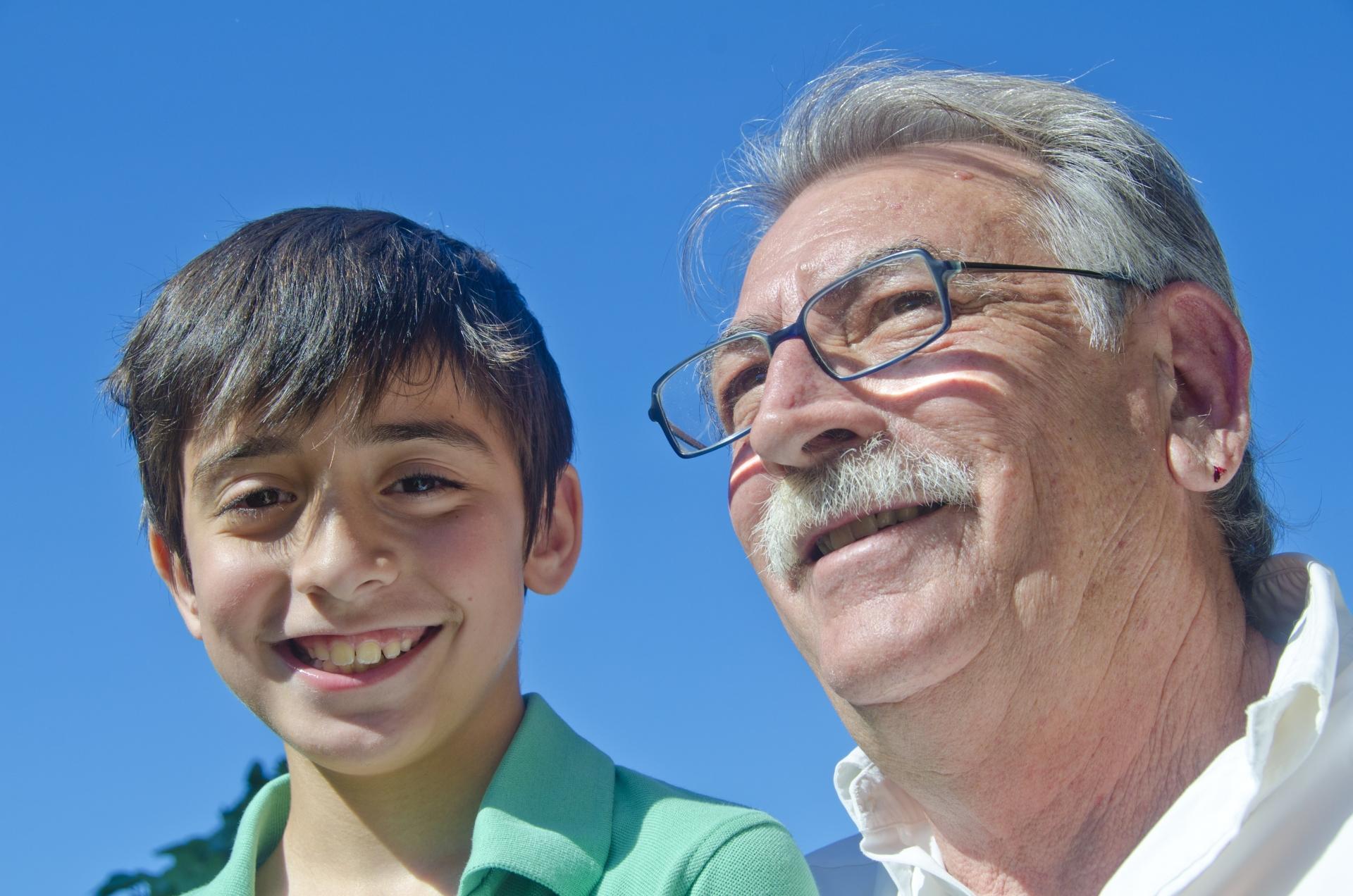10代の少年と高齢者