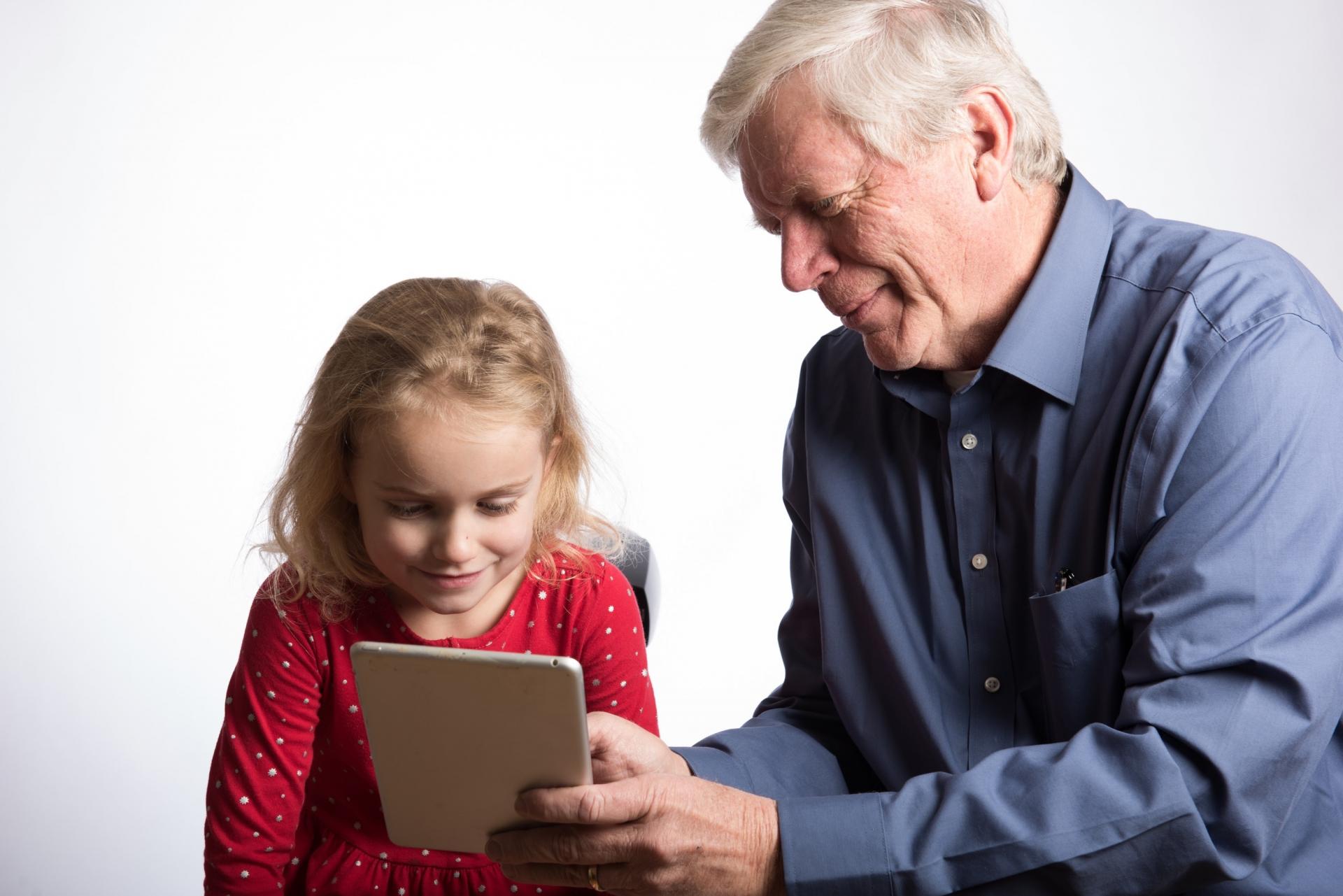 認知症を予防すれば孫とタブレットで遊ぶことも